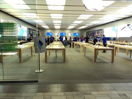 Lonley Apple Store