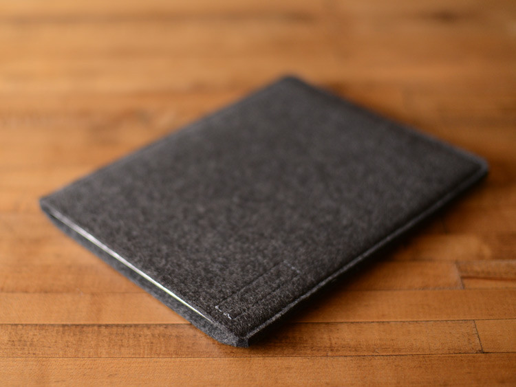 iPad-sleeve-simple-ss-charcoal-felt-3